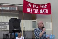 Robert Mathiasson talar på torgmöte i Alingsås.