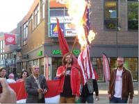 USA:s flagga brinner på mötet i Jönköping.