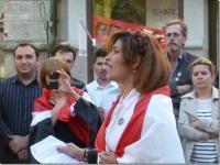 Fadia Restom talar på manifestationen i Jönköping.