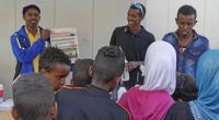 Mustafa Mohamed delade ut priser vid Lilla Fredsloppet i Bergsjön.