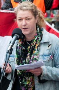 Ingrid Frejd talar vid demonstration i Göteborg mot krig mot Syrien